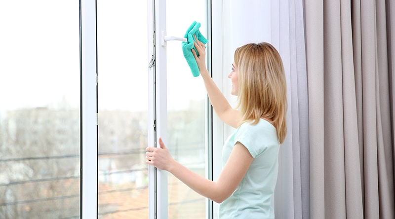 Astuces-pour-nettoyer-vitres-sans-laisser-de-trace